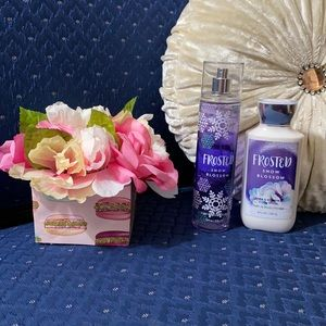 BATH & BODY WORKS SET. . . FROSTED SNOW BLOSSOM